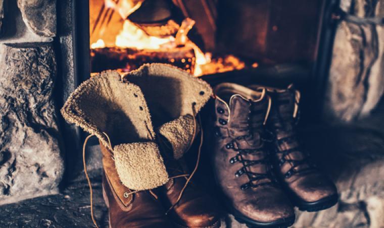 Blog - Chaussures de randonnée devant la cheminée