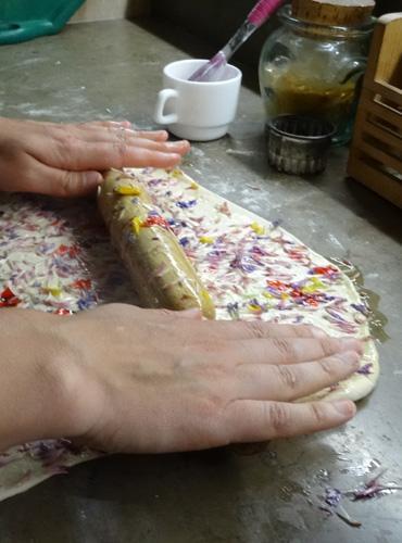 Préparation d'une tarte aux plantes sauvages