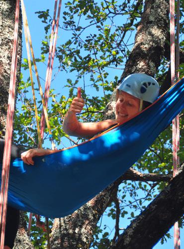 Détente dans un hamac au milieu des arbres
