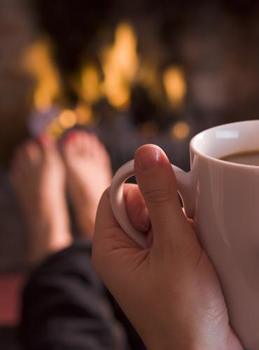 Dégustation de boisson chaude devant la cheminée