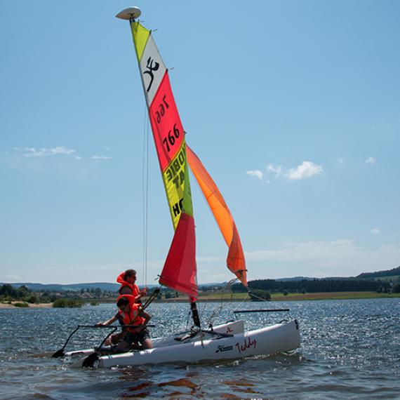 Catamaran au lac de Naussac