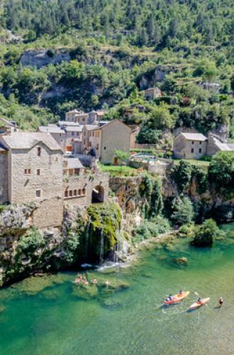 Cascade et village de Saint-Chély-du-Tarn